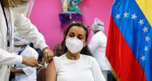 20-02-2021 20 February 2021, Venezuela, Caracas: A woman receives a dose of the Russian COVID-19 vaccine Sputnik V in a public hospital. Photo: Jesus Vargas/dpa POLITICA INTERNACIONAL Jesus Vargas/dpa